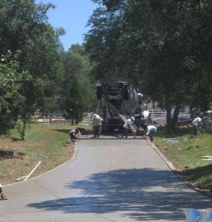 a picture of a concrete pouring driveway in elk grove, ca